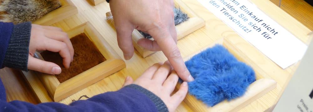 Informationsstand zur Pelzproduktion des Vereins«Natur liegt nahe».