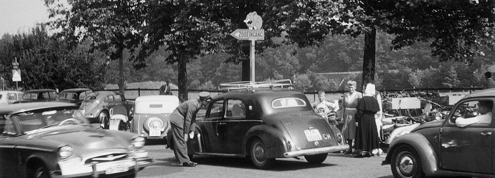 Parkplatznot im Zoo Zürich anno 1954.
