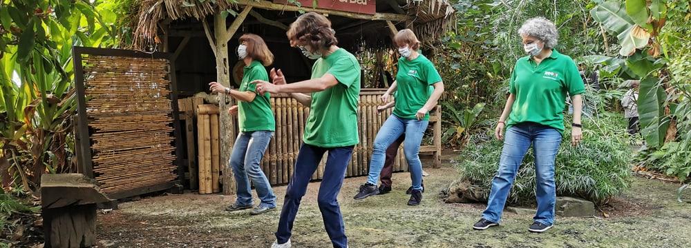 Mitglieder Freiwilligenteams FTZ tanzen Jerusalema in der Mora-Mora Bar im Masoala Regenwald.