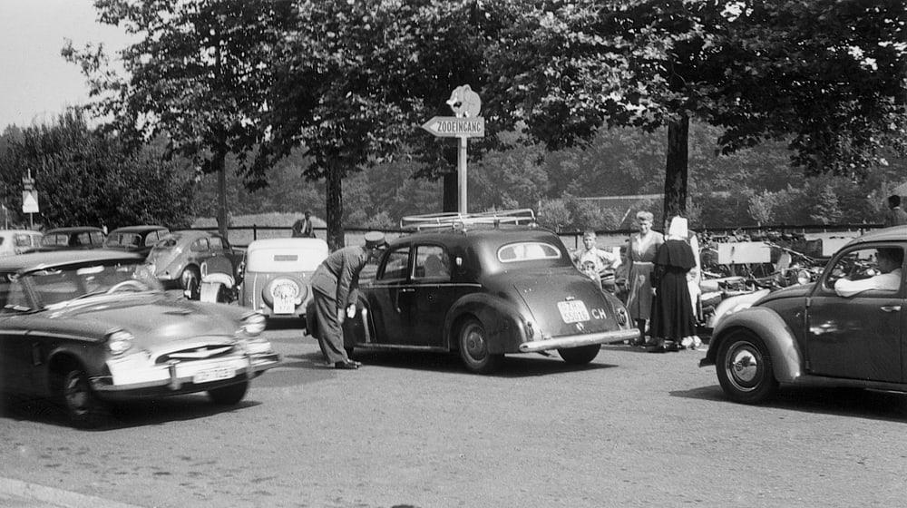 Parkplatznot beim Zoo Zürich anno 1954.