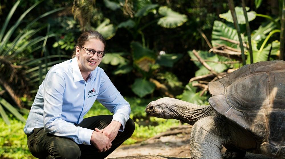 Dr. Severin Dressen mit Aldabra-Riesenschildkröte im Masoala Regenwald.