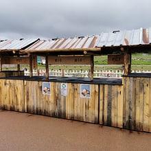 Biosammelstelle beim Ubele Kiosk in der Lewa Savanne des Zoo Zürich.