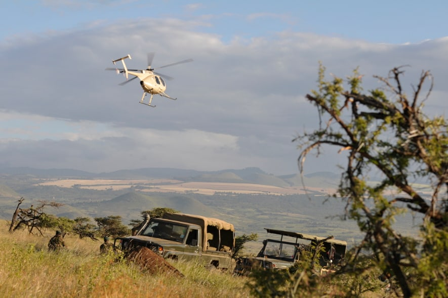 Helikopter überfliegt die Lewa Wildlife Conservancy in Kenia.