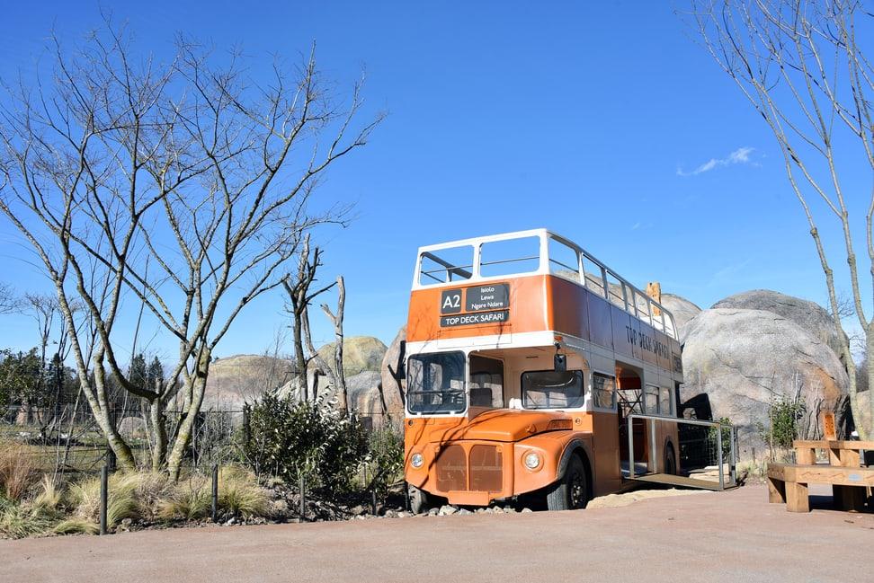 Safaribus und Kopjefelsen in der Lewa Savanne.