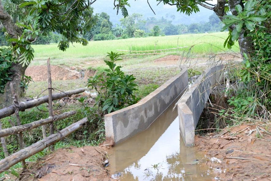 Wasserkanal in Masoala, Madagaskar, zur Bewässerung von Reisfeldern.