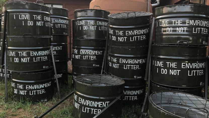 Abfalltonnen im Lewa-Bildungszentrum im LWC in Kenia.