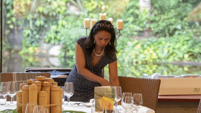 Mittsommerfest; Nirina beim Tisch decken.
