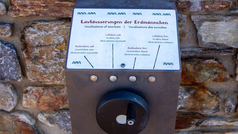 Edukationselement bei der Erdmännchenanlage in der Lewa Savanne.