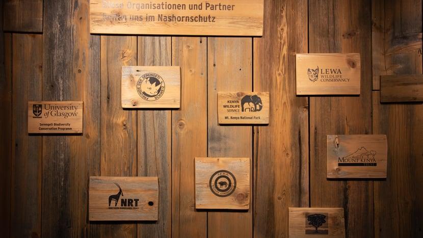 Wand mit Naturschutzpartnern im Lewa Giraffenhaus.