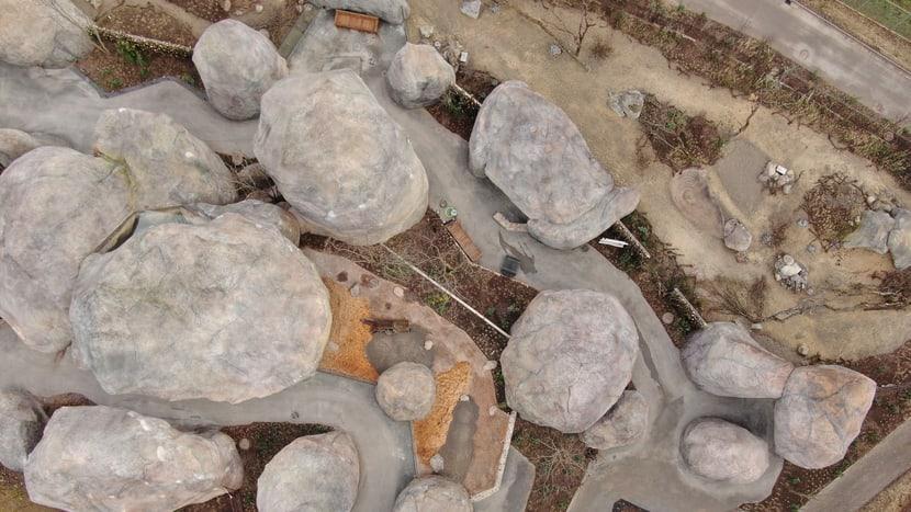 Luftbild der Kopjefelsen in der Lewa Savanne.