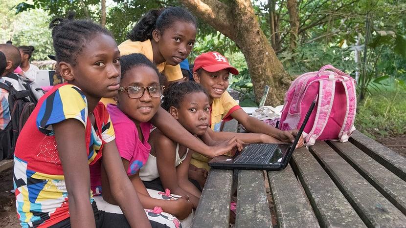 Kinder lernen den Umgang mit dem PC.